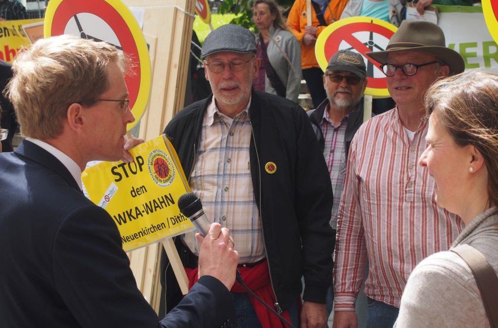 10 Thesen an den Landtag geschlagen: Daniel Günther wiederholt Wahlversprechen gegenüber Windkraftkritikern aus ganz Schleswig-Holstein