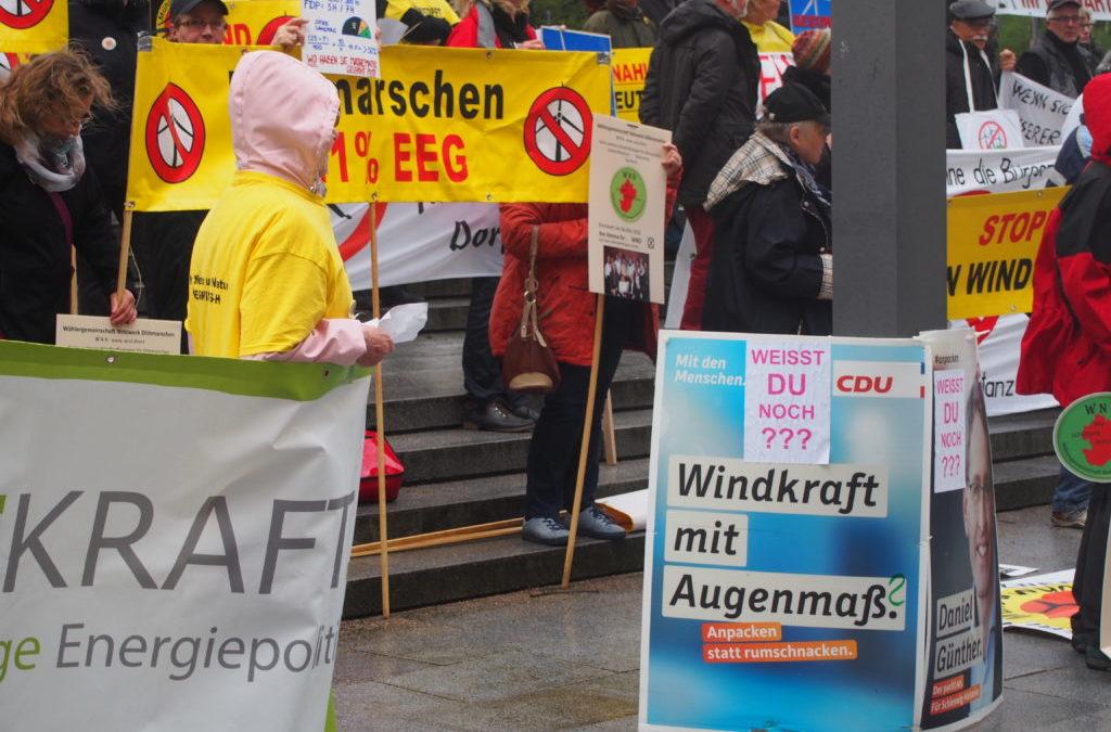 Daniel Günther in der Kritik: Protest vor dem Landtag gegen Windkraftpläne
